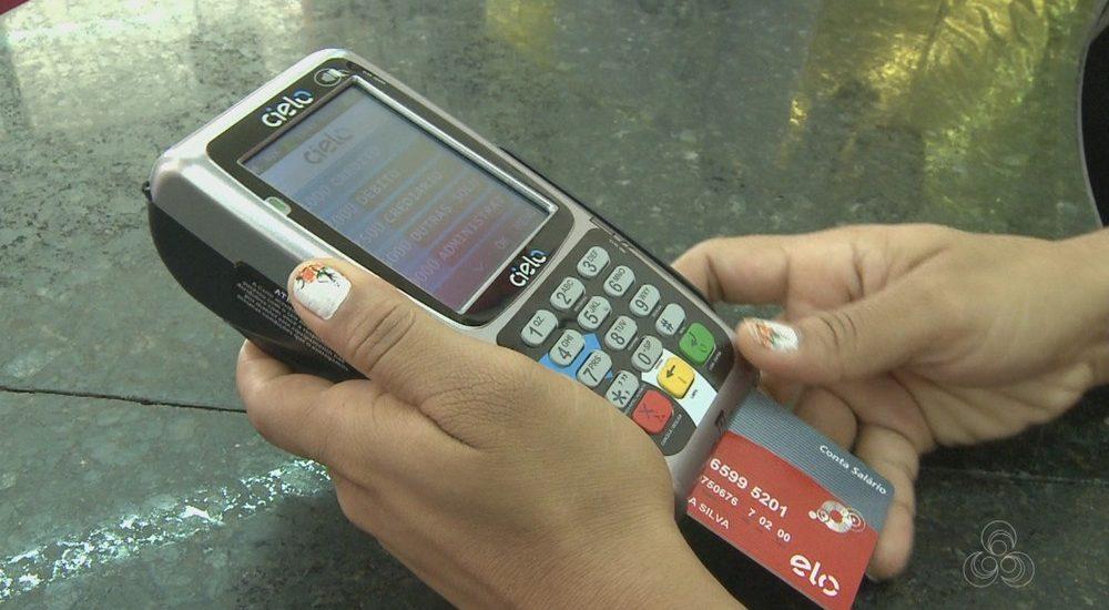 Usuários devem tomar cuidado ao digitar a senha do cartão de débito/crédito na hora de realizar pagamentos, principalmente na presença de desconhecidos (Foto: Reprodução/Rede Amazônica Acre)